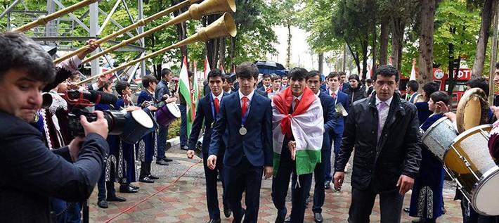 Như U-23 VN, biển người chào đón U-16 Tajikistan ở quê nhà - Ảnh 1.