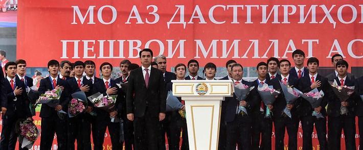 Như U-23 VN, biển người chào đón U-16 Tajikistan ở quê nhà - Ảnh 2.