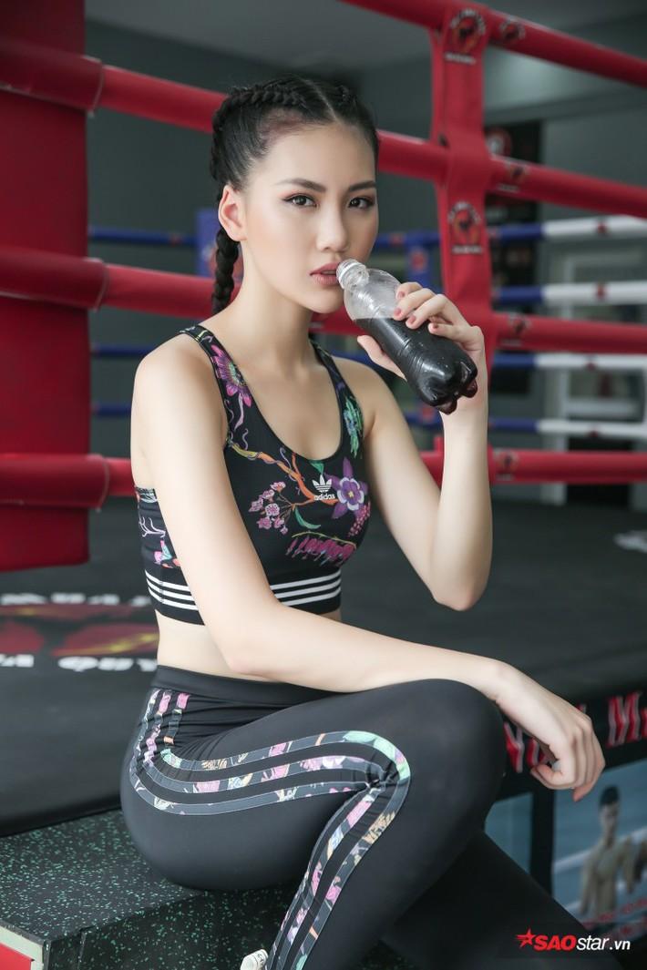 Siêu mẫu Bùi Quỳnh Hoa suýt ngất vì khổ luyện Muay Thái - Ảnh 4.