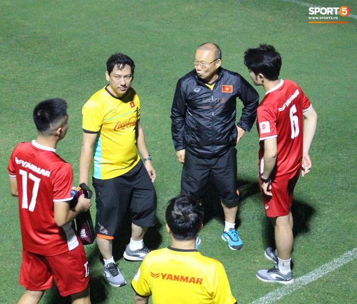 Xuân Trường, Văn Lâm trở thành phiên dịch đặc biệt giúp thầy Park nói chuyện với tân binh - Ảnh 5.