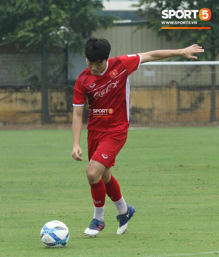 Văn Toàn gặp sự cố hài hước trong buổi tập của đội tuyển Việt Nam - Ảnh 1.