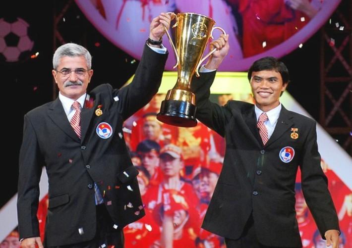 AFF Cup 2008 & câu chuyện cái bụng đói của thầy trò HLV Calisto sau chức vô địch - Ảnh 2.