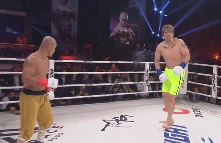 Đệ nhất Thiếu Lâm Nhất Long đánh bại võ sĩ cao 2m18 bằng đòn đá gây tranh cãi - Ảnh 3.