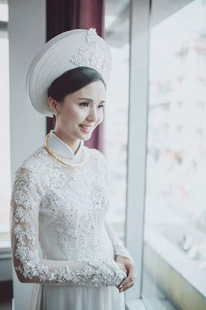 Người vợ xinh đẹp, giỏi giang của thủ quân ĐT Việt Nam - Ảnh 7.