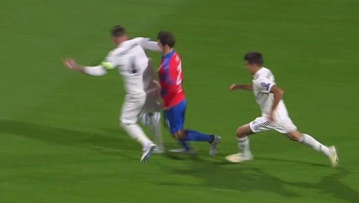 Đội trưởng tai tiếng của Real Madrid đánh cùi chỏ khiến đối thủ chảy máu mũi ròng ròng - Ảnh 2.