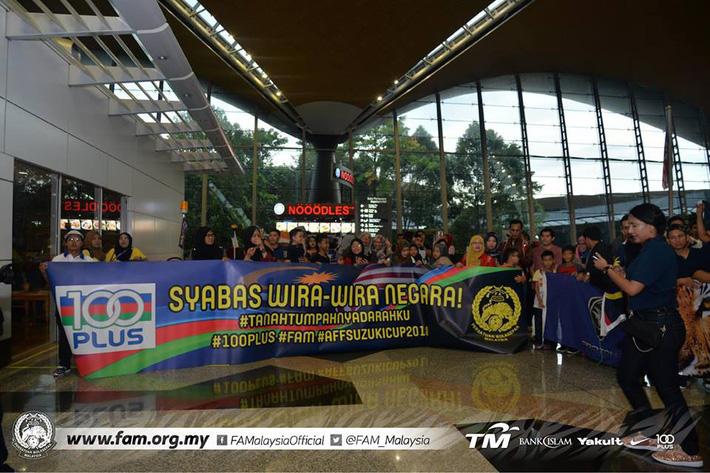 Thất bại trước Việt Nam, đội tuyển Malaysia vẫn được chào đón như những người hùng khi về nước - Ảnh 1.