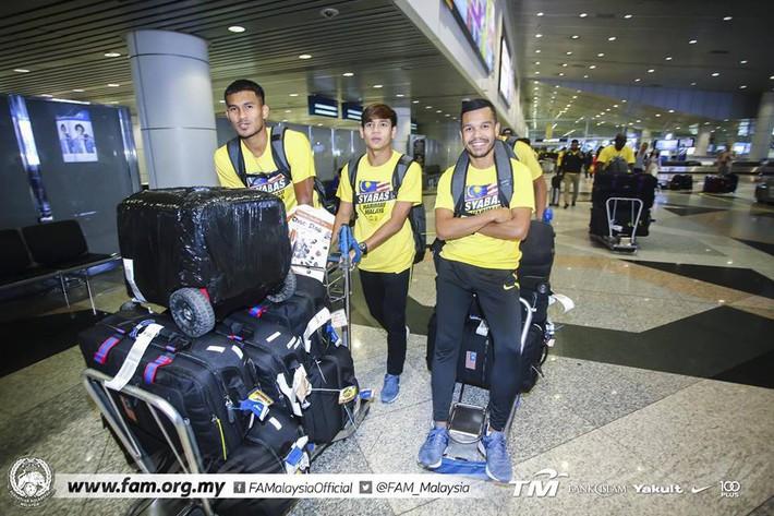 Thất bại trước Việt Nam, đội tuyển Malaysia vẫn được chào đón như những người hùng khi về nước - Ảnh 2.