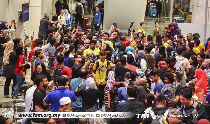 Thất bại trước Việt Nam, đội tuyển Malaysia vẫn được chào đón như những người hùng khi về nước - Ảnh 3.