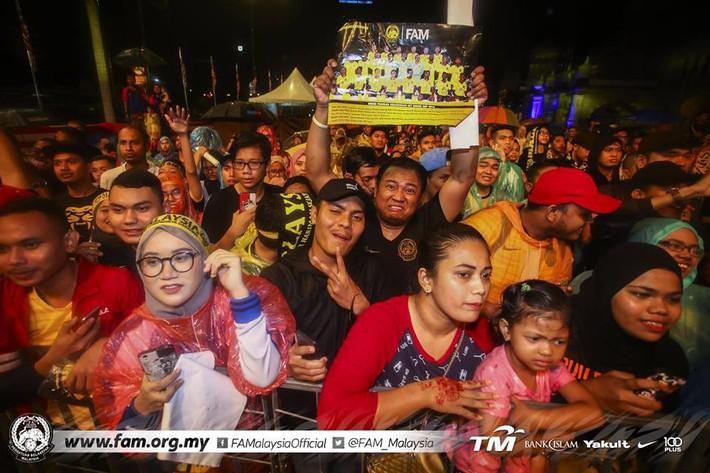 Thất bại trước Việt Nam, đội tuyển Malaysia vẫn được chào đón như những người hùng khi về nước - Ảnh 4.