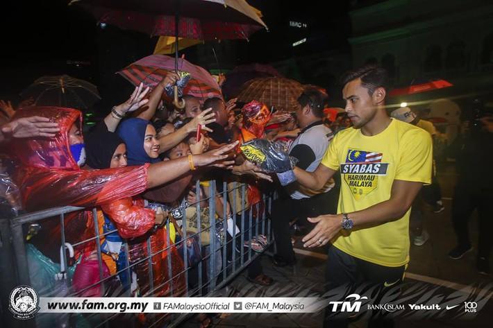Thất bại trước Việt Nam, đội tuyển Malaysia vẫn được chào đón như những người hùng khi về nước - Ảnh 5.