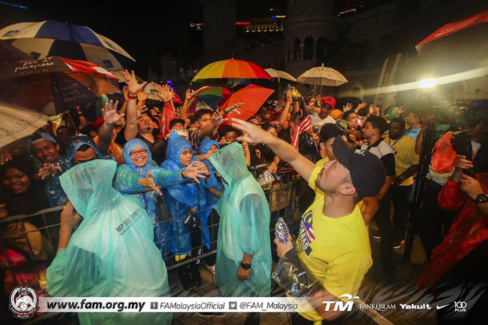 Thất bại trước Việt Nam, đội tuyển Malaysia vẫn được chào đón như những người hùng khi về nước - Ảnh 6.