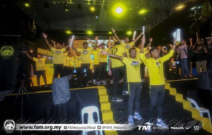 Thất bại trước Việt Nam, đội tuyển Malaysia vẫn được chào đón như những người hùng khi về nước - Ảnh 8.