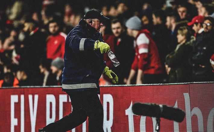Bị CĐV Arsenal ném chai nước vào đầu, đồng đội của Son Heung-min đáp trả cực mạnh - Ảnh 2.