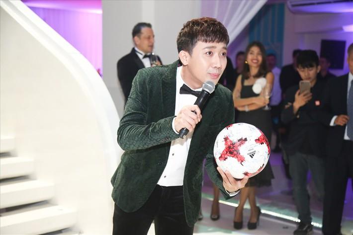 Quả bóng ghi dấu Quang Hải, Tiến Dũng gây quỹ từ thiện gần 3 tỷ đồng - Ảnh 1.