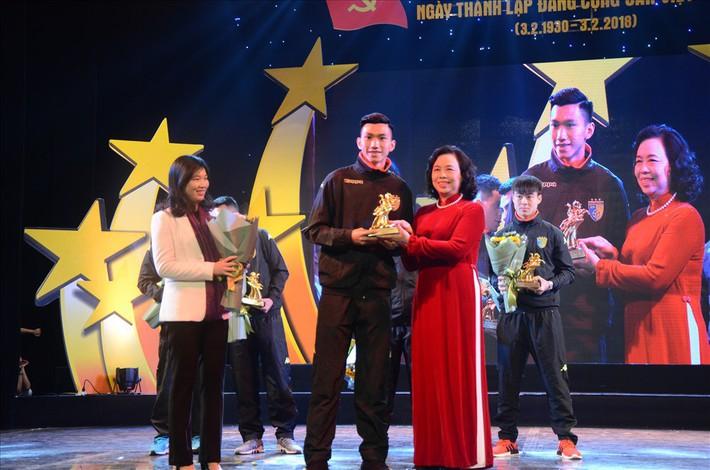 5 cầu thủ U23 Việt Nam được tặng biểu tượng Thánh Gióng - Ảnh 1.