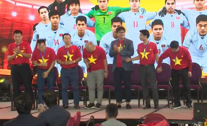 HLV Park Hang Seo cúi chào, chúc Tết toàn thể người hâm mộ Việt Nam - Ảnh 1.