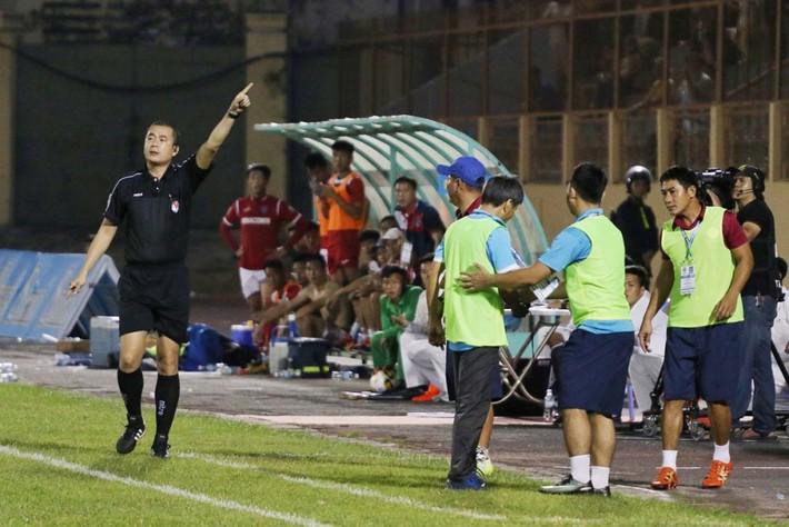 Phản đối trọng tài, HLV V-League nhận án phạt như Pep Guardiola - Ảnh 1.