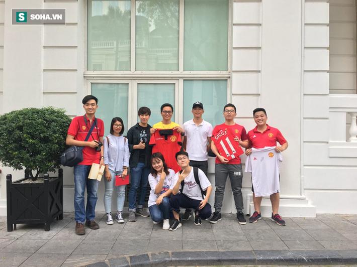 Ryan Giggs bất ngờ trở lại Việt Nam, tươi cười chụp ảnh cùng fan - Ảnh 3.