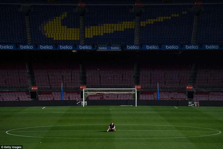 Khoảnh khắc Iniesta ngồi một mình ở Nou Camp lúc 1h sáng gây xúc động - Ảnh 1.