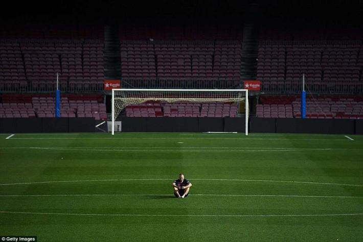 Khoảnh khắc Iniesta ngồi một mình ở Nou Camp lúc 1h sáng gây xúc động - Ảnh 2.