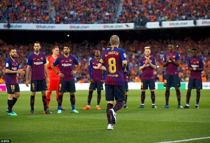 Huyền thoại Iniesta khóc nghẹn trong trận đấu cuối cùng khoác áo Barca - Ảnh 4.