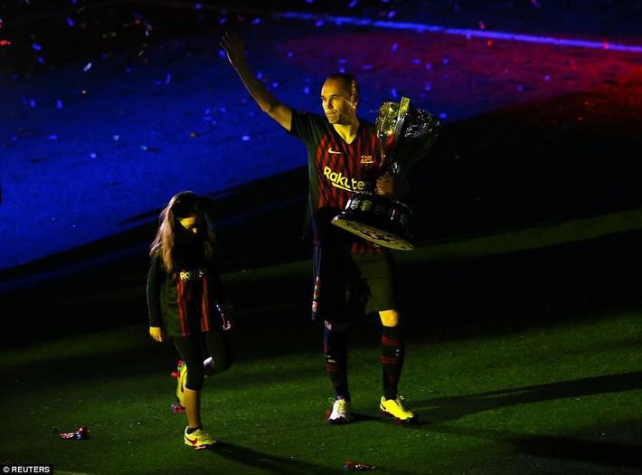 Khoảnh khắc Iniesta ngồi một mình ở Nou Camp lúc 1h sáng gây xúc động - Ảnh 8.