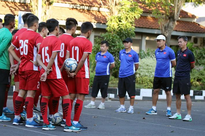 U19 Việt Nam đã đặt được vé máy bay, sẽ về nước trong ngày mai - Ảnh 1.