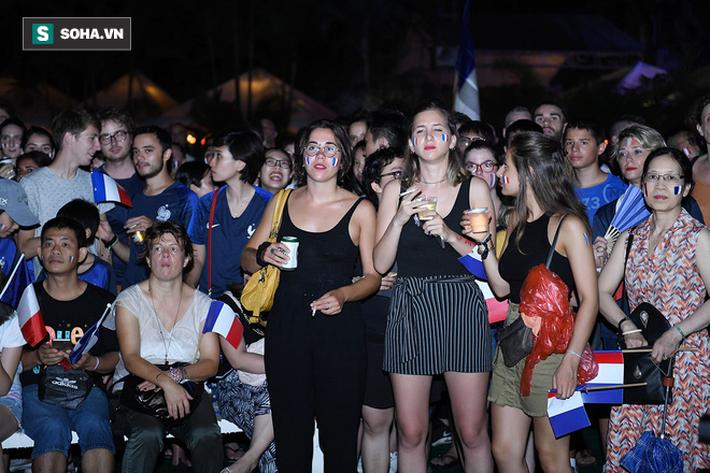 CĐV Pháp cởi áo, ăn mừng chiến thắng linh đình tại Hà Nội - Ảnh 6.