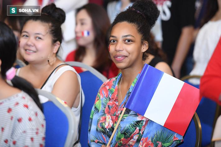 CĐV Pháp cởi áo, ăn mừng chiến thắng linh đình tại Hà Nội - Ảnh 10.