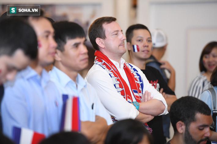 CĐV Pháp cởi áo, ăn mừng chiến thắng linh đình tại Hà Nội - Ảnh 9.