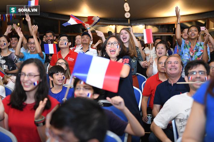CĐV Pháp cởi áo, ăn mừng chiến thắng linh đình tại Hà Nội - Ảnh 11.