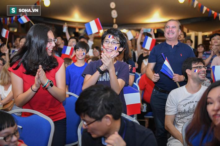 CĐV Pháp cởi áo, ăn mừng chiến thắng linh đình tại Hà Nội - Ảnh 12.