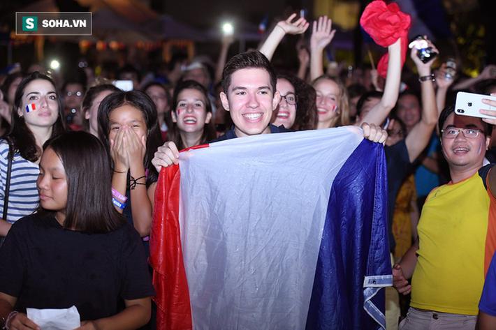 CĐV Pháp cởi áo, ăn mừng chiến thắng linh đình tại Hà Nội - Ảnh 13.