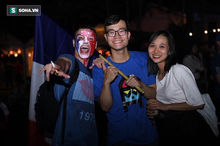 CĐV Pháp cởi áo, ăn mừng chiến thắng linh đình tại Hà Nội - Ảnh 19.
