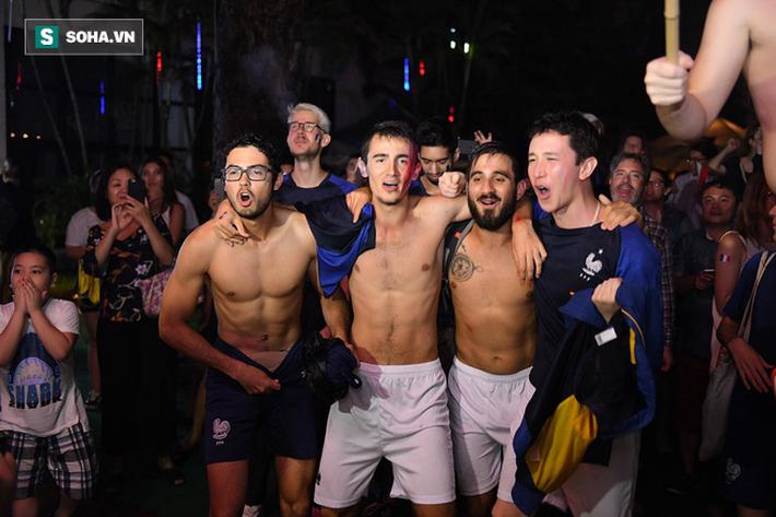 CĐV Pháp cởi áo, ăn mừng chiến thắng linh đình tại Hà Nội - Ảnh 20.