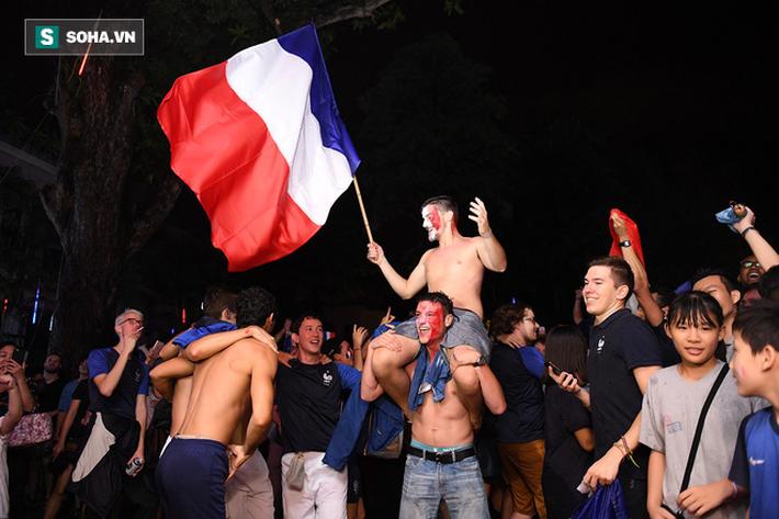 CĐV Pháp cởi áo, ăn mừng chiến thắng linh đình tại Hà Nội - Ảnh 21.