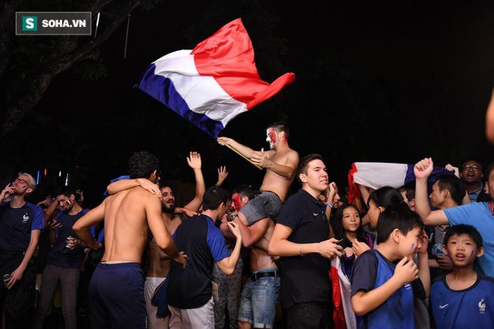 CĐV Pháp cởi áo, ăn mừng chiến thắng linh đình tại Hà Nội - Ảnh 22.