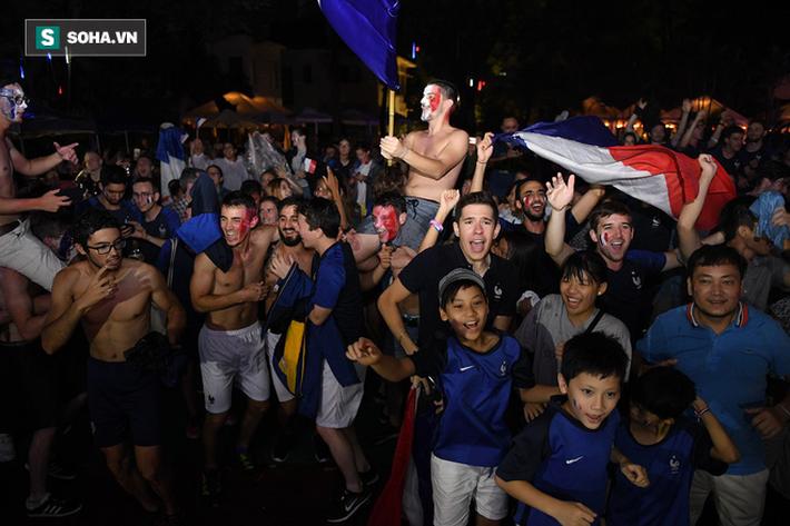 CĐV Pháp cởi áo, ăn mừng chiến thắng linh đình tại Hà Nội - Ảnh 23.
