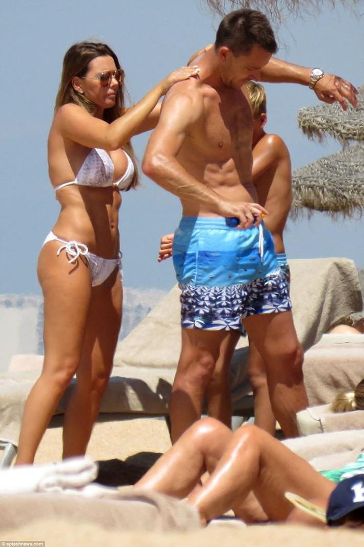 Vợ John Terry diện bikini bốc lửa trên bãi biển Bồ Đào Nha  - Ảnh 2.
