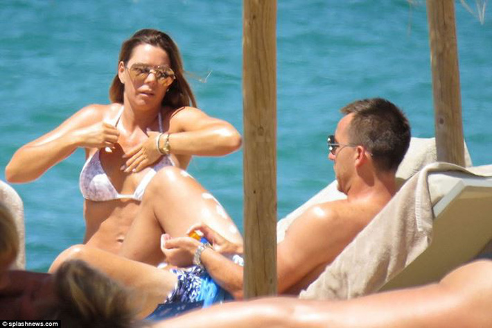 Vợ John Terry diện bikini bốc lửa trên bãi biển Bồ Đào Nha  - Ảnh 11.