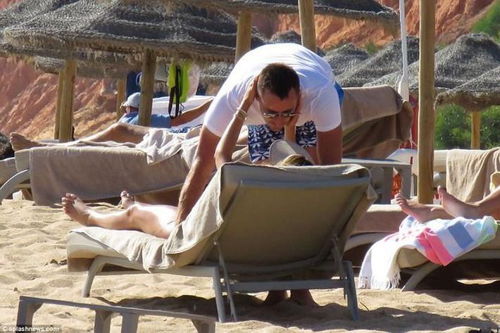 Vợ John Terry diện bikini bốc lửa trên bãi biển Bồ Đào Nha  - Ảnh 12.