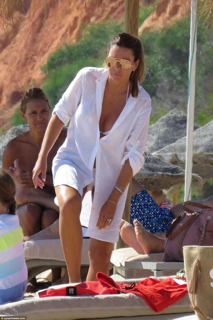 Vợ John Terry diện bikini bốc lửa trên bãi biển Bồ Đào Nha  - Ảnh 13.
