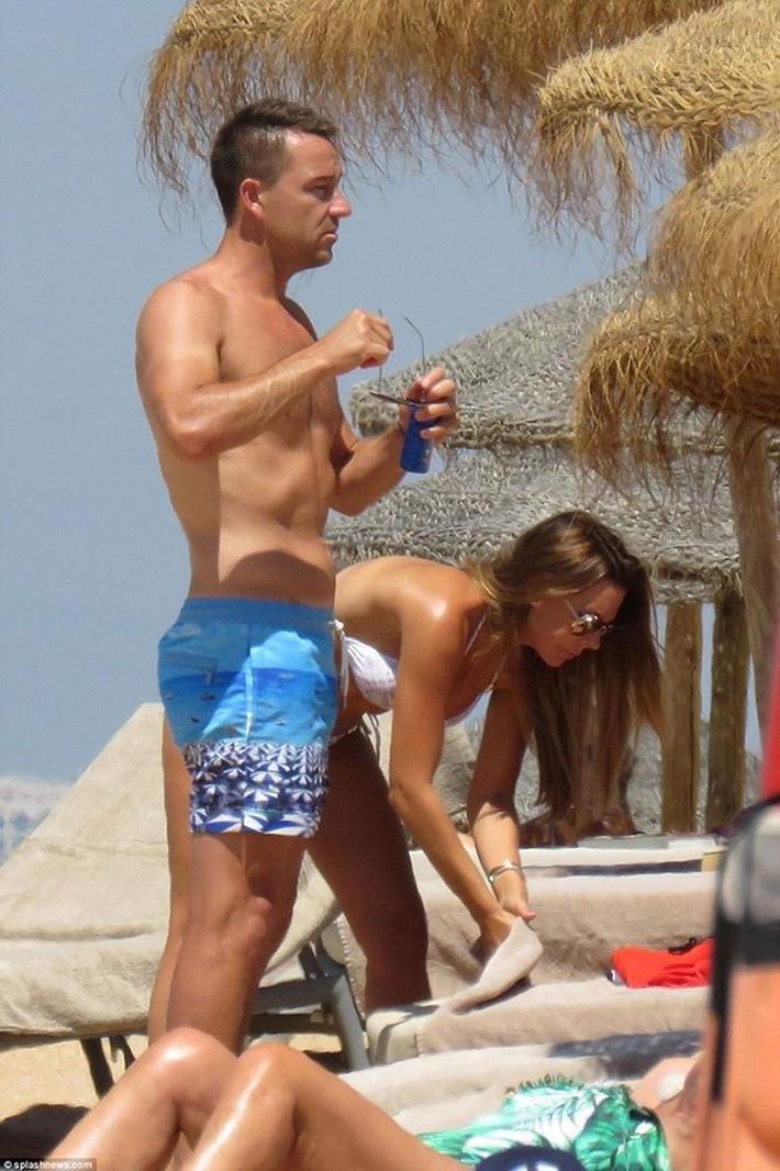 Vợ John Terry diện bikini bốc lửa trên bãi biển Bồ Đào Nha  - Ảnh 14.