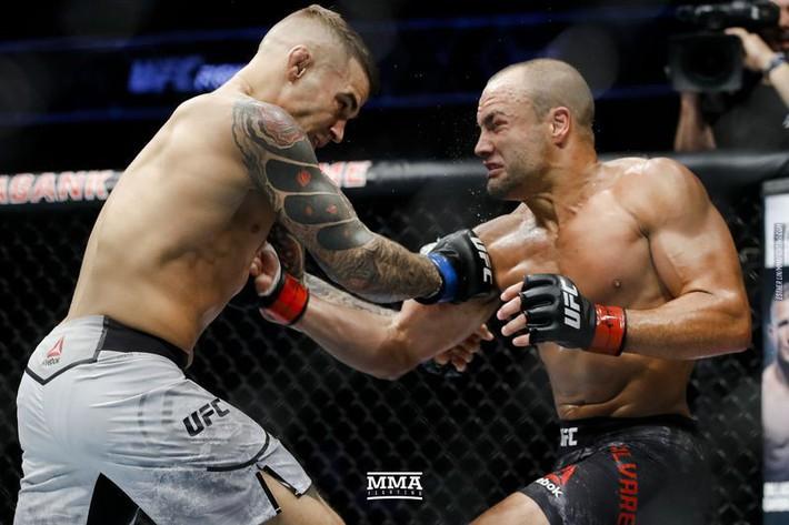 Tung liên hoàn đòn dài khó tin, võ sĩ người Mỹ nhuộm đỏ mặt cựu vương UFC - Ảnh 4.