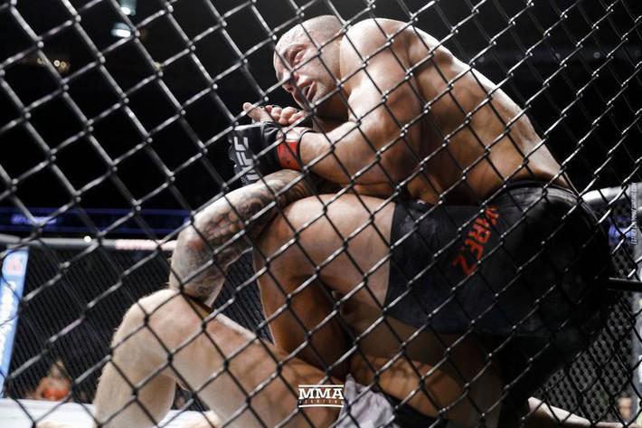 Tung liên hoàn đòn dài khó tin, võ sĩ người Mỹ nhuộm đỏ mặt cựu vương UFC - Ảnh 5.