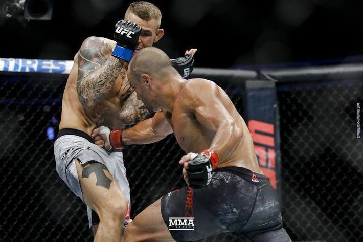 Tung liên hoàn đòn dài khó tin, võ sĩ người Mỹ nhuộm đỏ mặt cựu vương UFC - Ảnh 6.