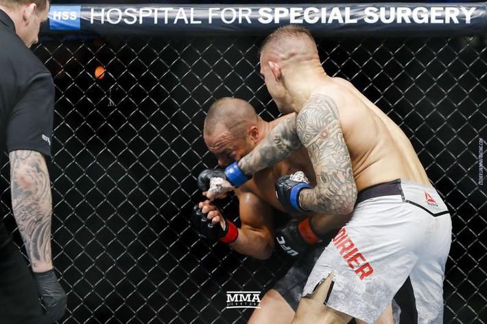 Tung liên hoàn đòn dài khó tin, võ sĩ người Mỹ nhuộm đỏ mặt cựu vương UFC - Ảnh 9.