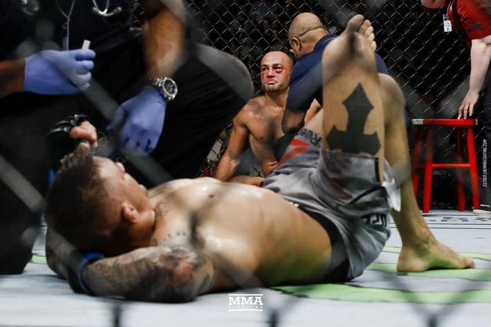 Tung liên hoàn đòn dài khó tin, võ sĩ người Mỹ nhuộm đỏ mặt cựu vương UFC - Ảnh 11.