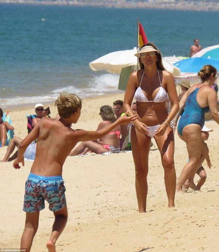 Vợ John Terry diện bikini bốc lửa trên bãi biển Bồ Đào Nha  - Ảnh 10.
