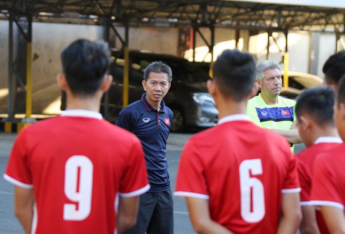 Trước nguy cơ bị loại, U19 Việt Nam còn gặp rắc rối trên đất Indonesia - Ảnh 2.